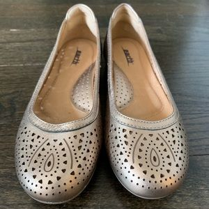 Earth brand gold flats Size 6